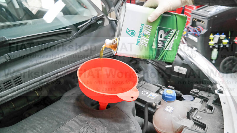 <p>Pour in about 4.5 litres of the recommended oil (EURO 5 - WR Pure Energy 5W-30 or EURO 6 - WR Forward 0W-30)and screw the cap back on.